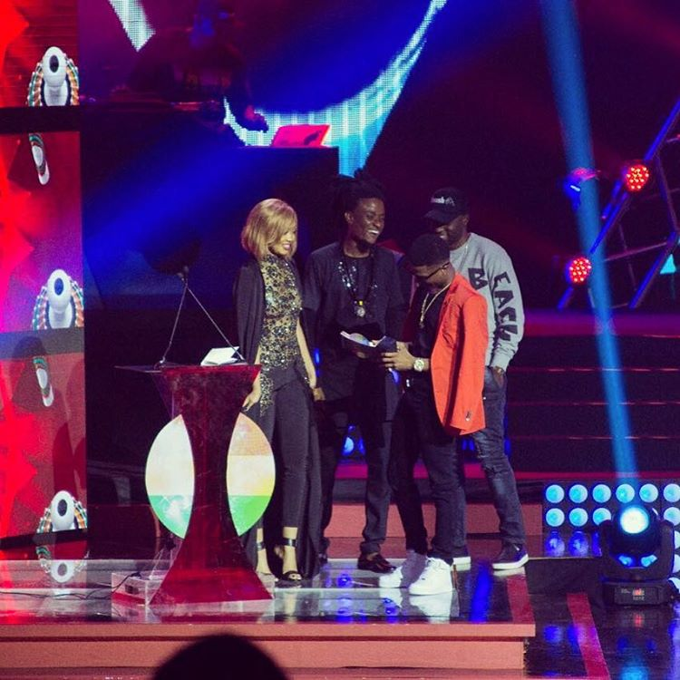 Anita Fabiola handing the award to Starboy Wizkid