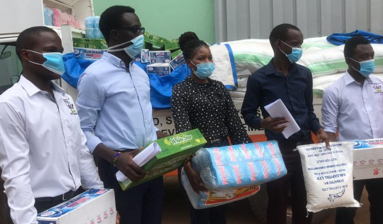 PHOTOS! UNSA Distributes Food to Starving Students in Hostels