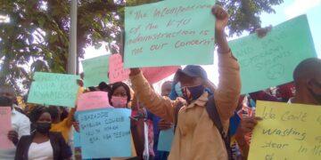 Kyambogo University protesting outside of High Court